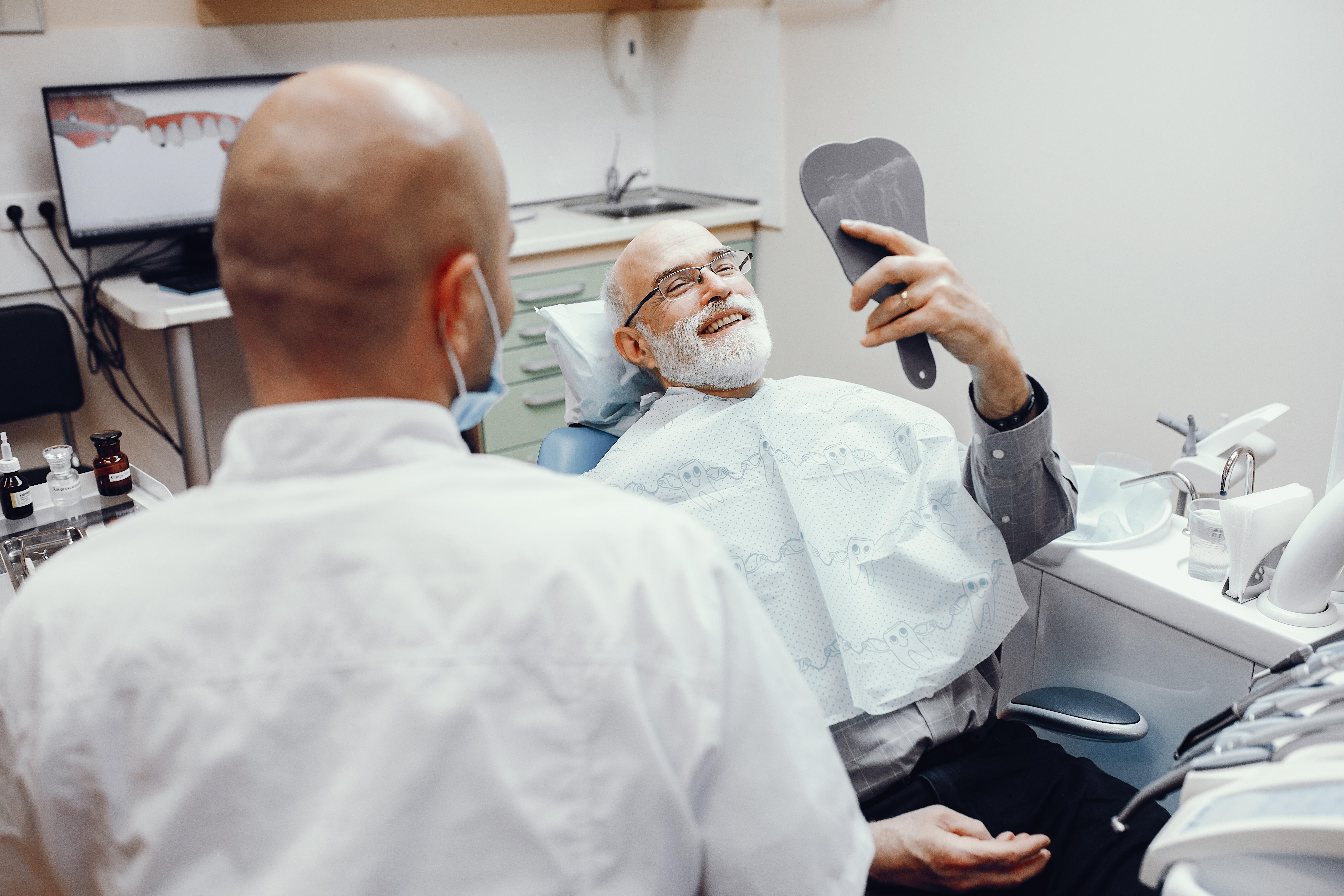 Usar dentadura: não é tão ruim quanto você pensa.