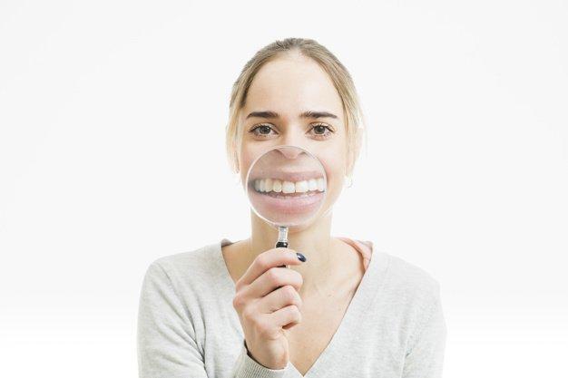 O perigo de ter manchas brancas no dentes.
