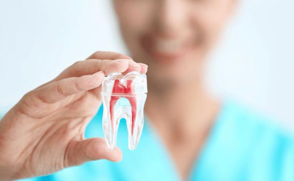 Canal nos dentes dói?