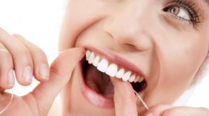 O uso de fio dental diariamente impede problemas na saúde bucal