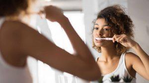 Escovar os dentes: devo fazer antes ou depois do café da manhã?