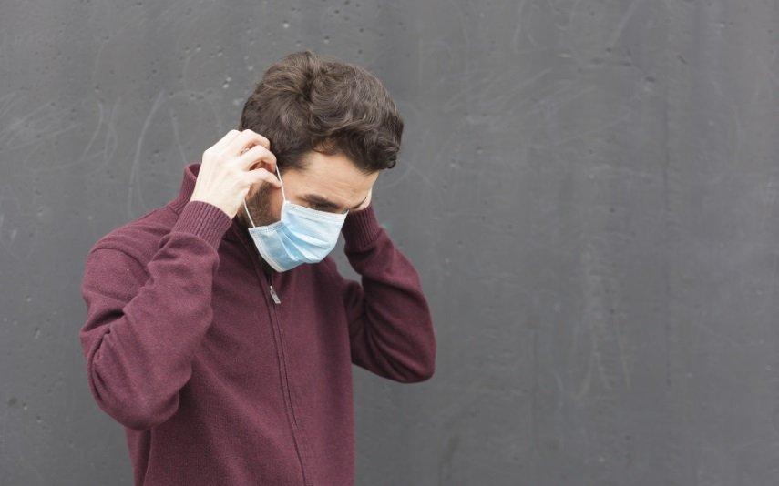 Homem tirando máscara mau hálito
