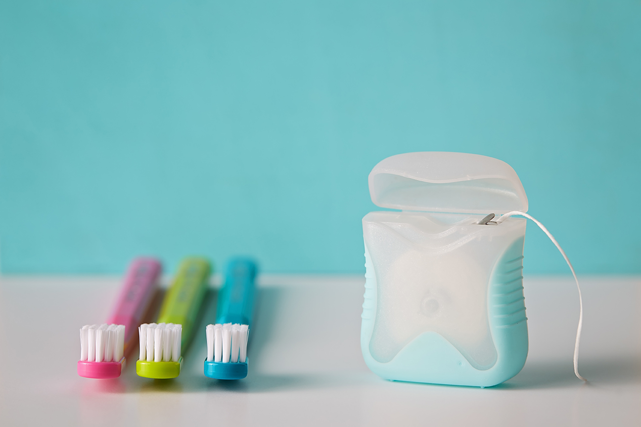 Escovas de dentes e fio dental sobre a mesa