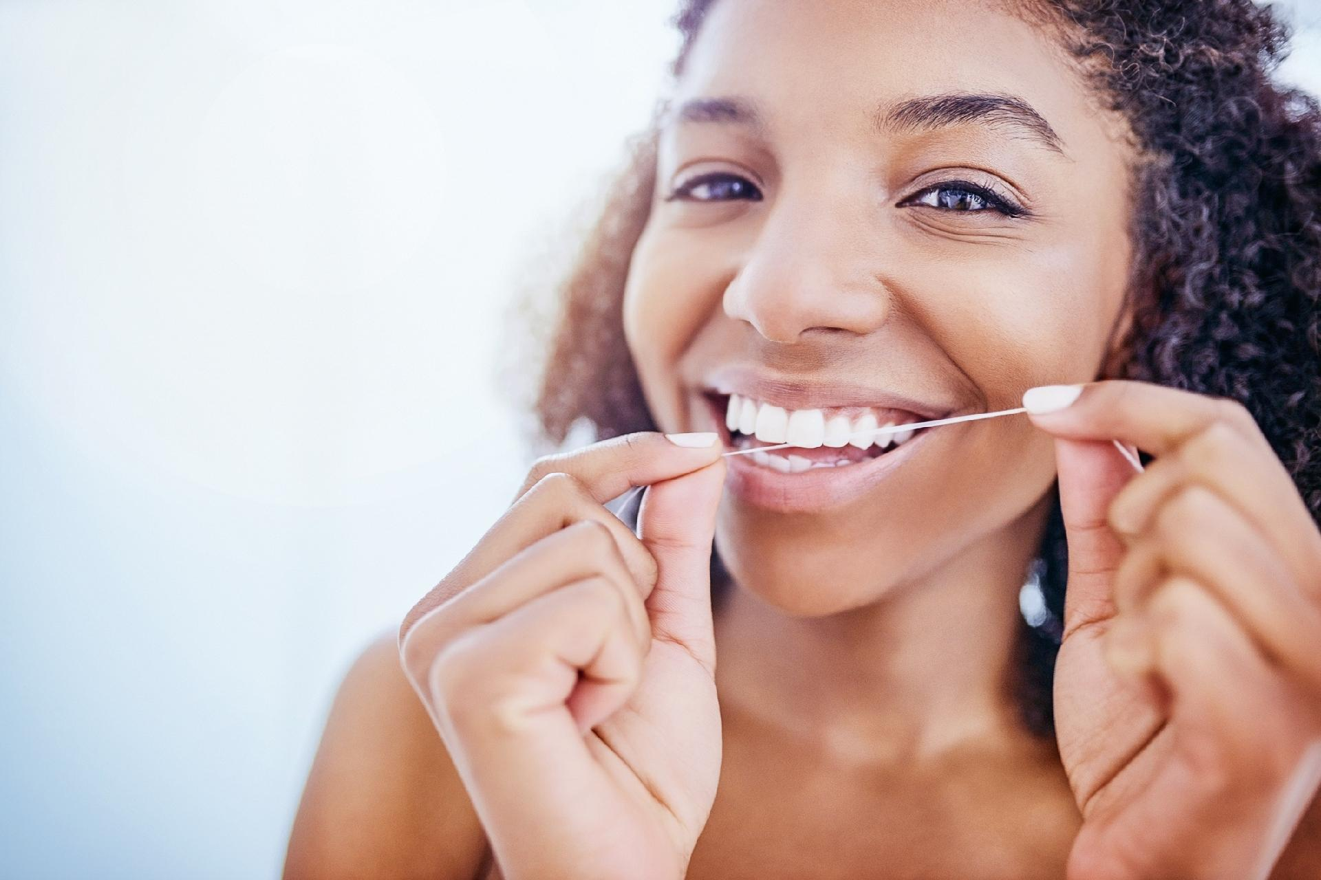 Fio dental: Eu devo usar antes ou depois de escovar?