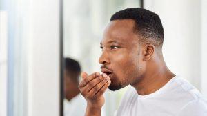 Mau hálito pode vir do estômago? Entenda agora.