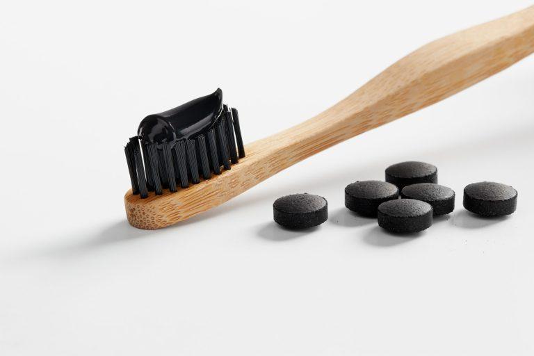 Posso escovar os dentes com carvão ativado?