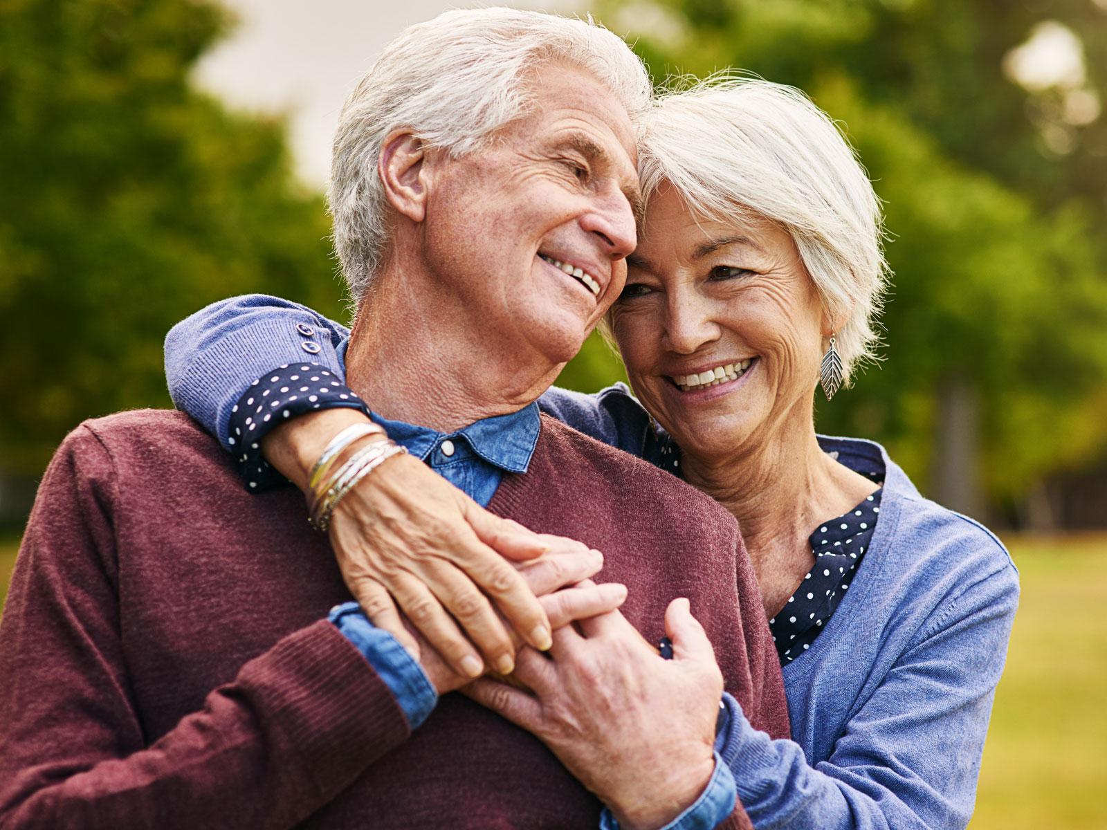 Casal em busca da longevidade do sorriso