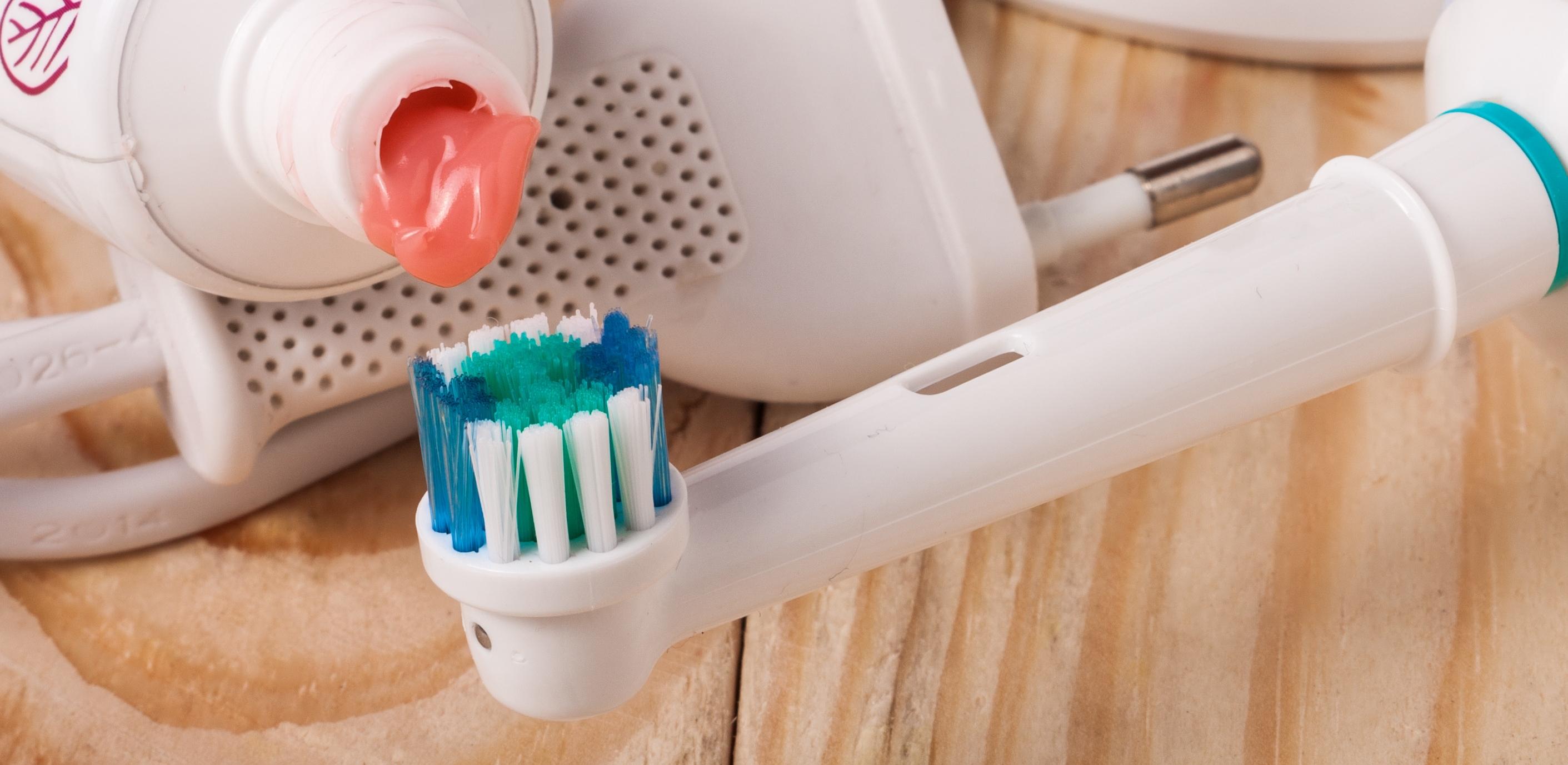 A escova elétrica é melhor para escovar os dentes?